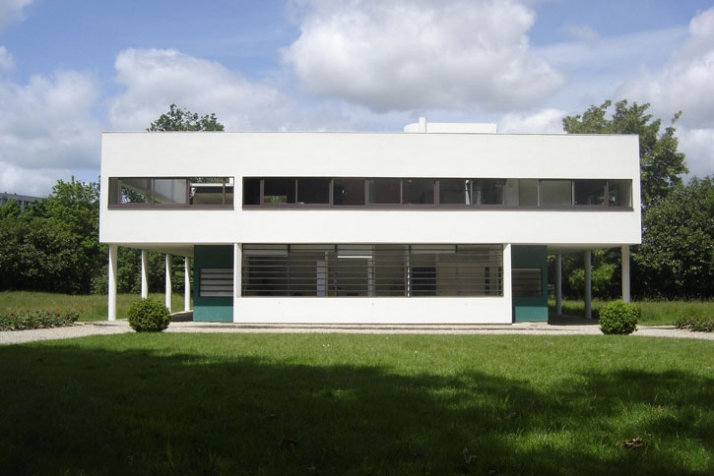 Le Corbusier in front of a drawing explaining his Unité d'Habitation de grandeur conforme, probably in the drawing office at the Rue de Sèvres© AFonda