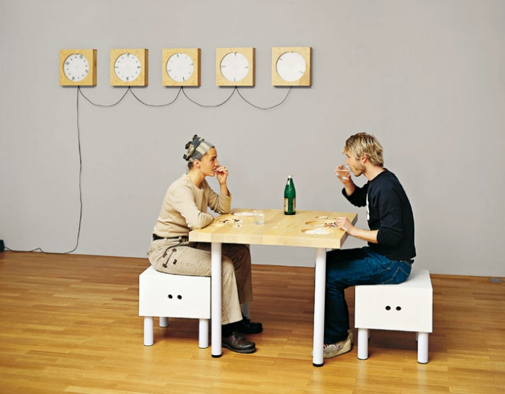 Andrea Zittel A-Z Clocks, 1994 Wandinstallation mit 5 Uhren 5-teilig, je 35,5  x 35,5 x 8,6 cm Prototype A-Z Dishless Dining Table, 1993 Holz, Metall,