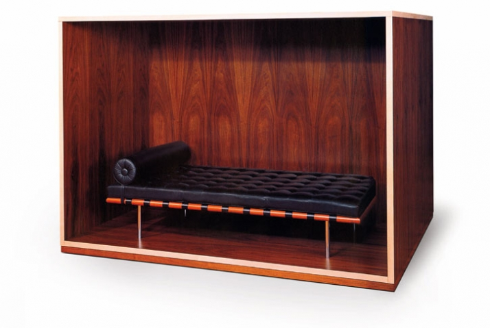 "Haim Steinbach, Untitled, (Daybed Coffin), 1989 Holz, Mies van der Rohe Liege ""Barcelona"" 176,2 x 257,8 x 208,6 cm Collection Fond régional d'art cont"