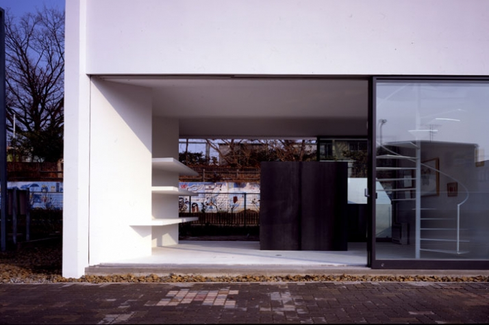 view toward shop space from the road in front // photo ©  Toshiyuki Yano [ Nacasa&Partners Inc.]