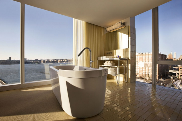 West facing bathroom with view /// photo Courtesy of The Standard,New York