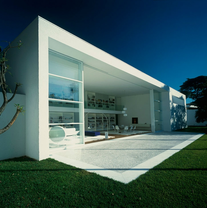 Gama issa house by marcio kogan yatzer for Minimalist box house design