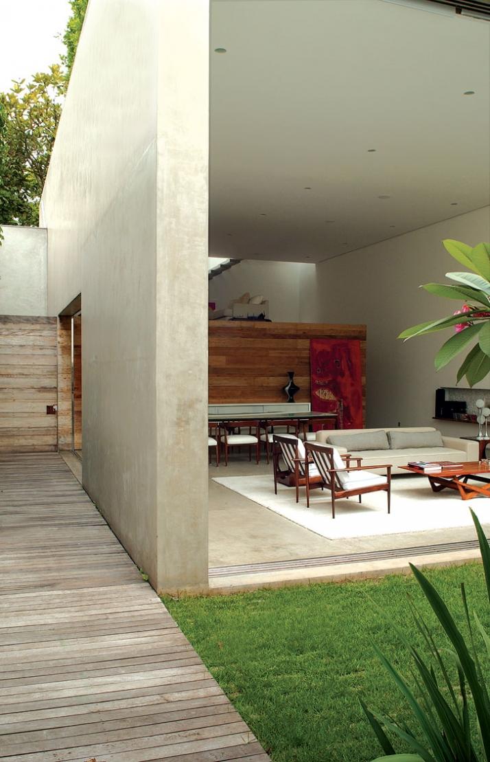 285m², Casa Cinza, Sao Paolo, Brazil // 2003 photo © Romulo Fialdini // Image Courtesy of Isay Weinfeld