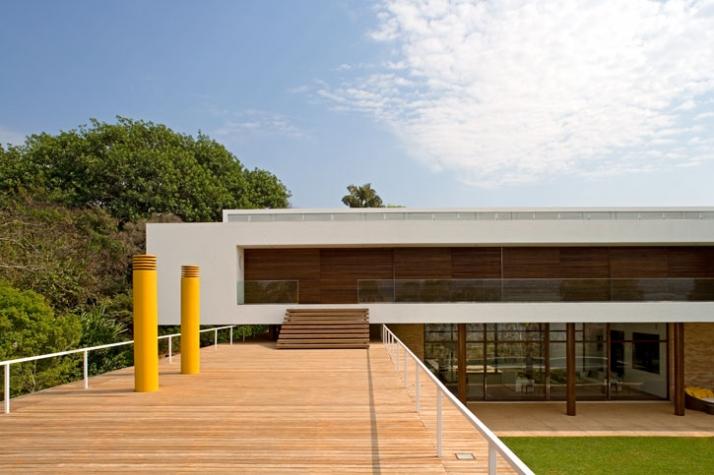 1.100m², Casa Brasilia, Brazil // 2002 photo © Leonardo Finotti // Image Courtesy of Isay Weinfeld