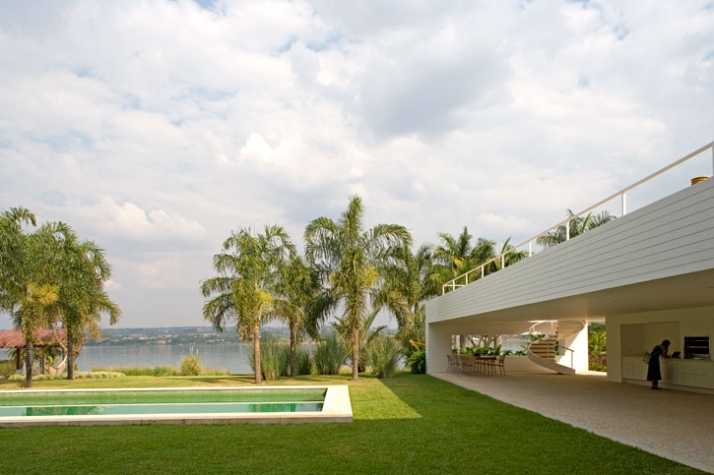 1.100m², Casa Brasilia, Brazil // 2002 photo © Leonardo Finotti // Image Courtesy of Isay Weinfeld