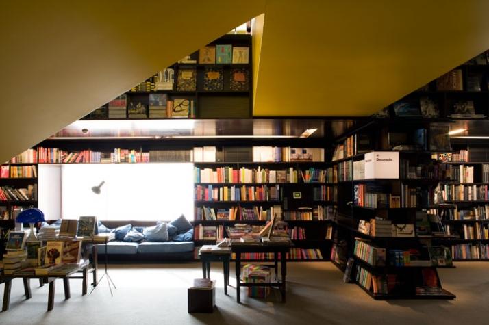 2.390m², Livraria da Vila (Cidade Jardim), Sao Paolo, Brazil // 2008photo © Leonardo Finotti // Image Courtesy of Isay Weinfeld