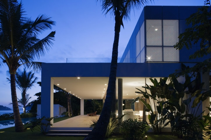875m², Iporanga, Guaruja, Brazil // 2006 photo © Nelson Kon // Image Courtesy of Isay Weinfeld
