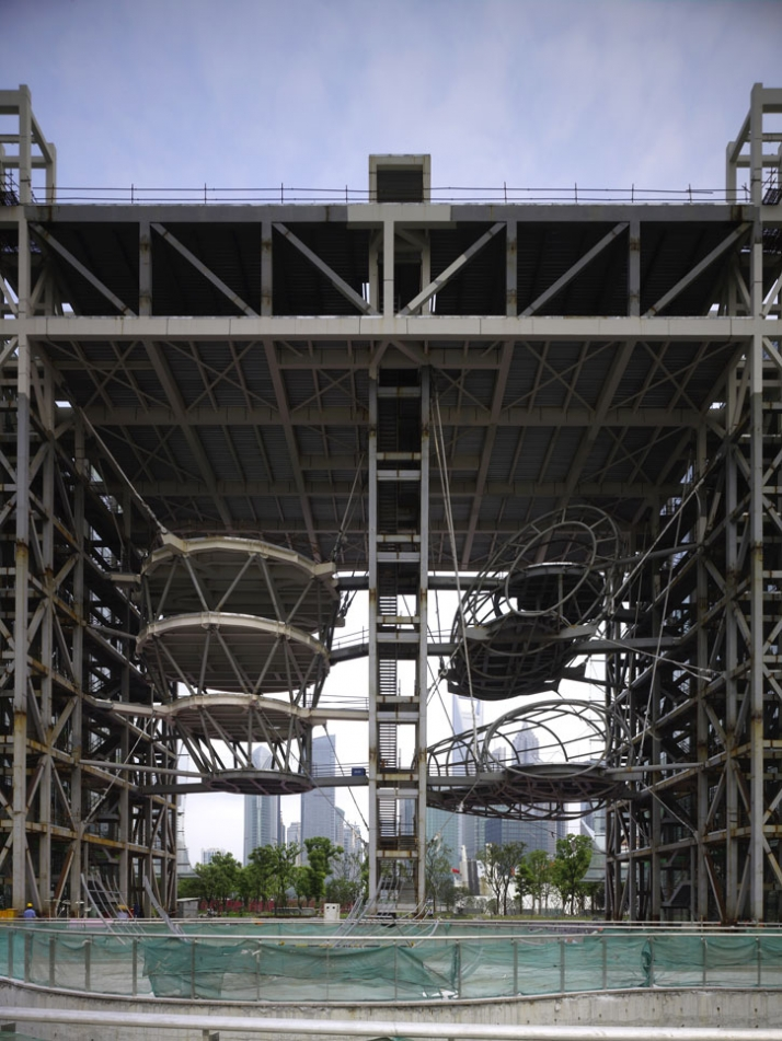 Shanghai Chandelier, river side, under construction, 40M tall steel frame, with 3 cable suspended 'public bubbles'  photo © Christian Richters, 2009