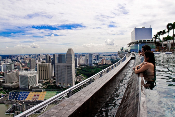 150 meter outdoor infinity pool marina bay sands yatzer for Singapour marina bay sands piscine
