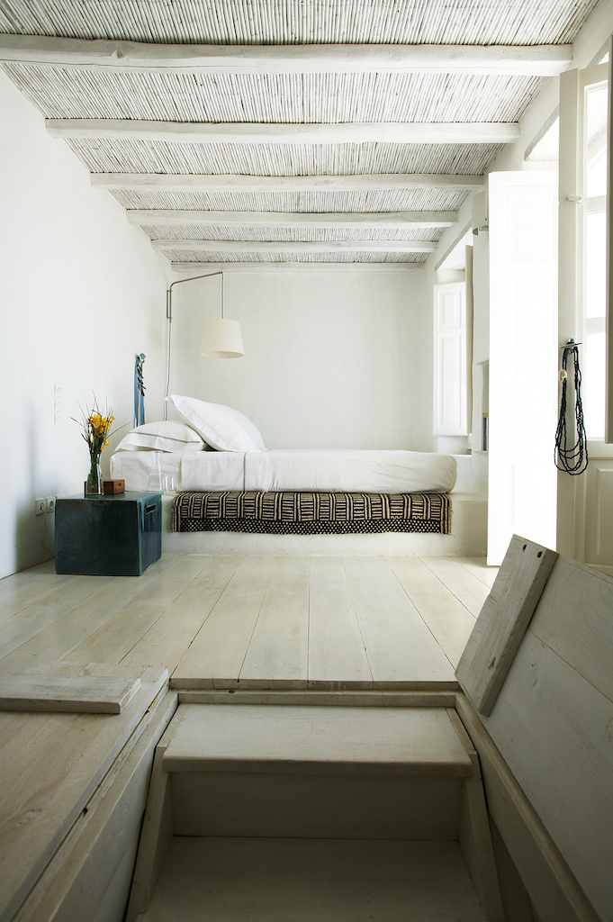 Decordemon prived house in tinos greece for Island interior design