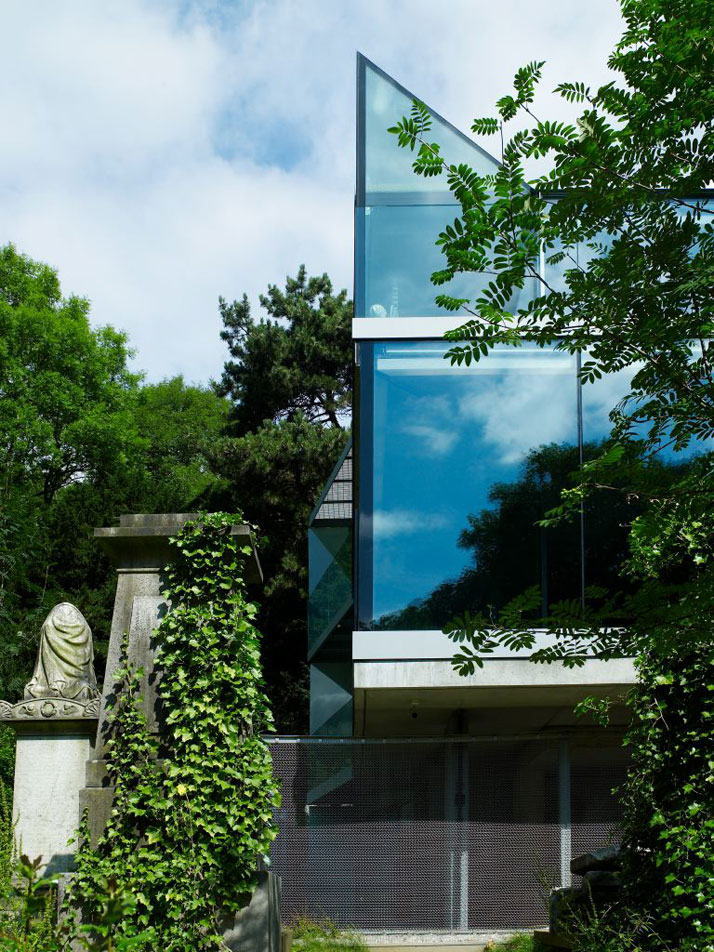 photo © Richard PowersElliott House by Eldridge-Smerin Architects  in North London portrays a mystifying and enigmatic statement in a somewhat spine-c