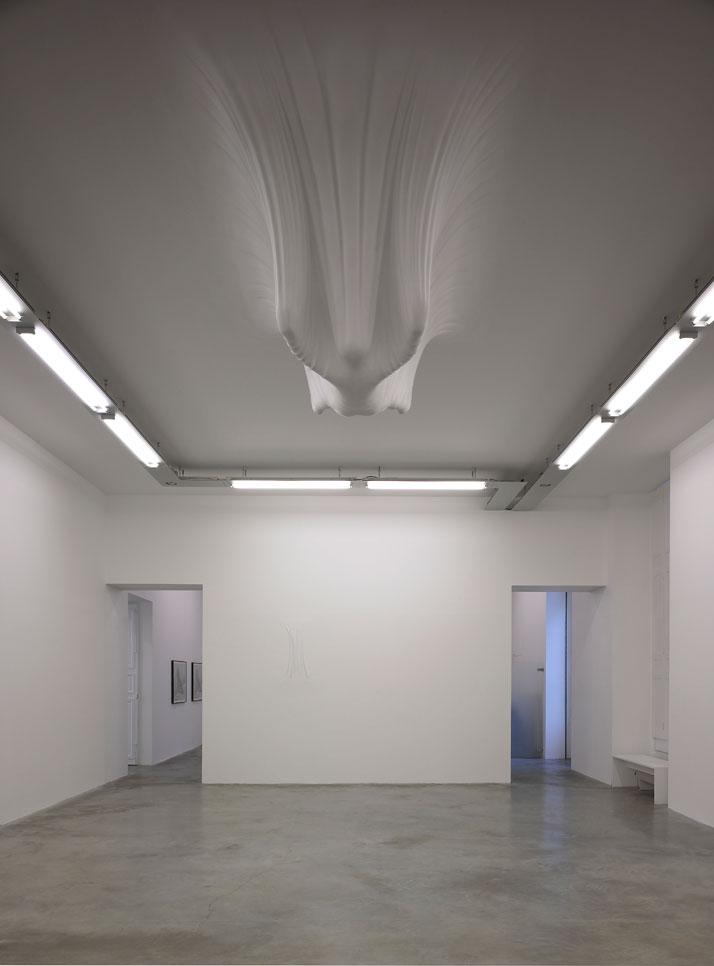 Daniel ARSHAMHammock2007Polystyrène, plâtre / EPS foam, plaster gauze115 x 300 x 170 cm / 45 1/4 inches x 9.10 feet x 67 inchesCourtesy Galerie Perrot