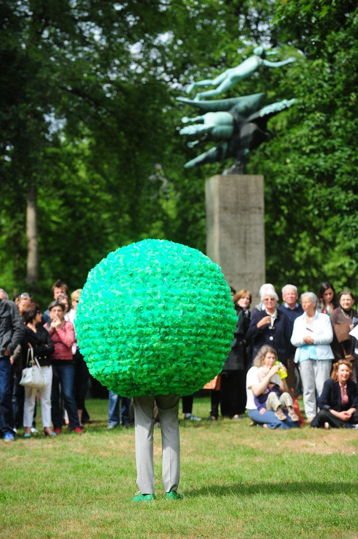 Performative sculptures, 2011 Courtesy Erwin Wurm and Walter van Beirendonck (Braempaviljoen/Braem Pavillion/Pavillon Braem)photo © Jesse Willems