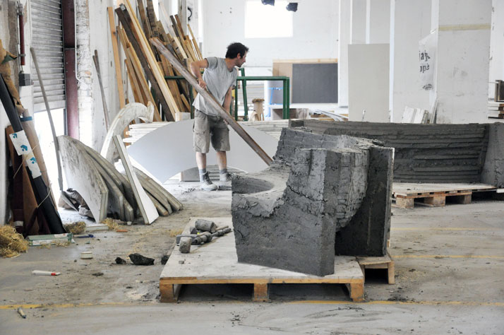 FLORIAN HAUSWIRTH, The making of RAMMED CLAY BENCHPHOTO © JULIEN RENAULT