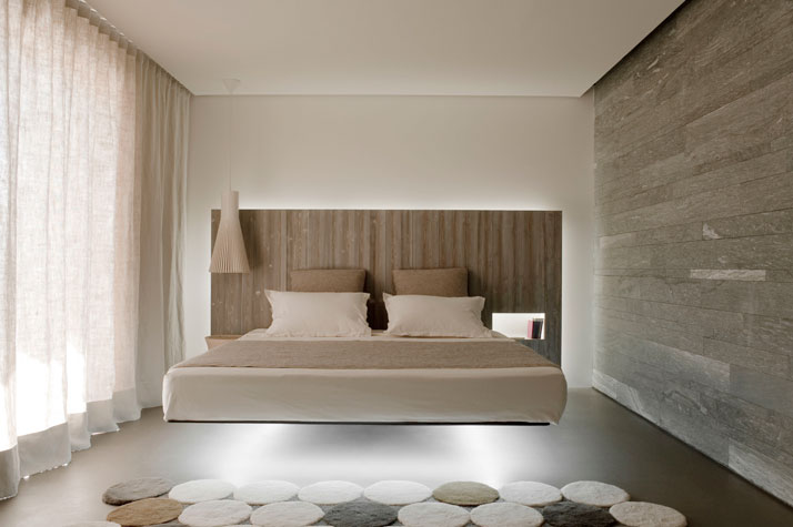ROOM SUSPENSION: Secto, Secto design. SUSPENDED BED: Fluttua, Lago. CARPET: Circulos, Gandia Blasco. photo ©  Vincent Leroux