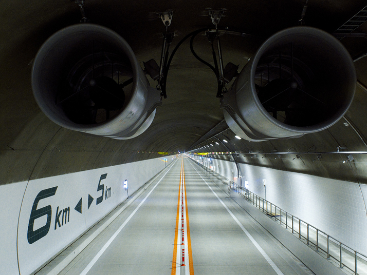 Main Tunnel on the Hida Tunnel (Gifu prefecture)Taken from a truck for high-lift work, looking down from the tunnel ceiling before opening to the publ