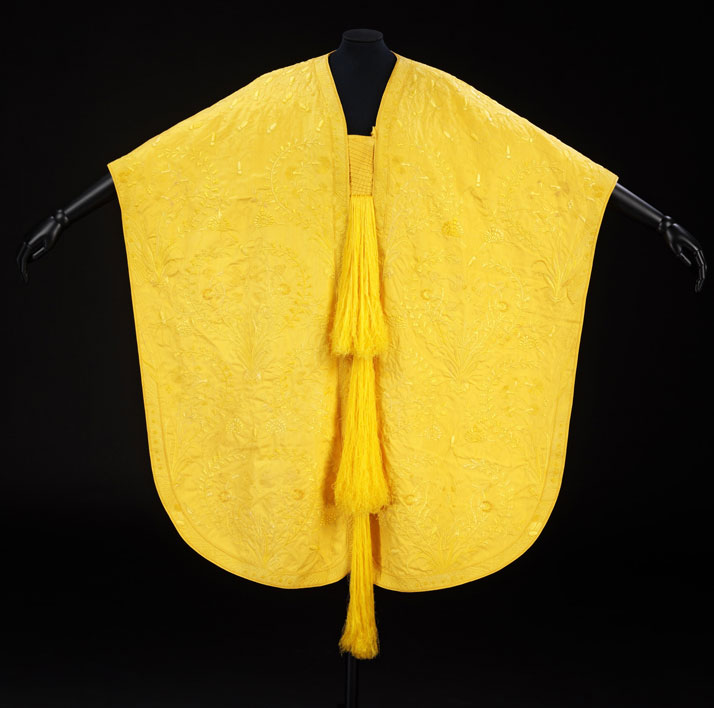 Yellow woven spider silk capeSimon Peers and Nicholas Godley at Peers workshop Antananarivo, Madagascar© V&A Images, 2011