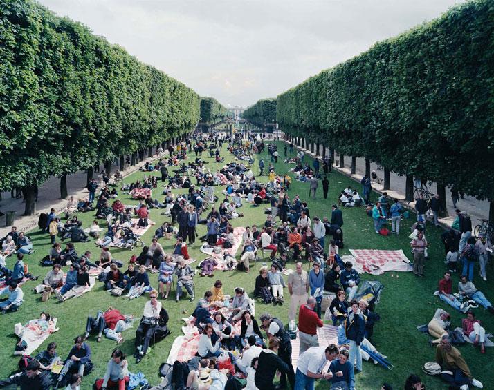 Picnic Allée, 2000, Paris, Francephoto © Massimo Vitali