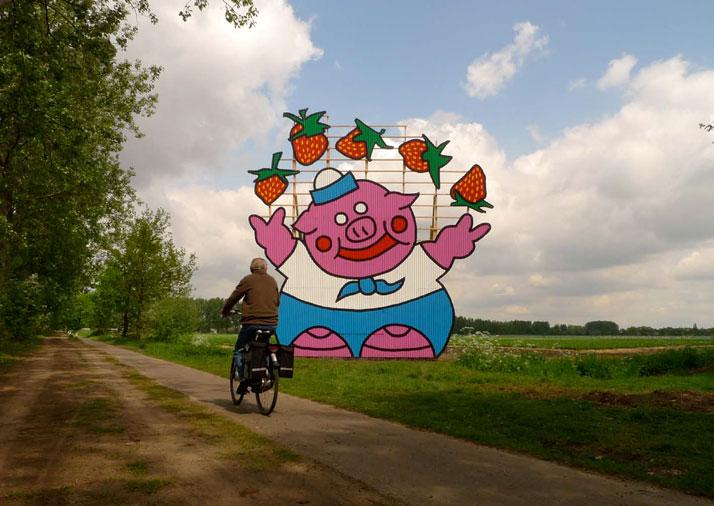 Pig juggeling with Strawberries, Veghelbuiten 2010, photo© Florentijn Hofman
