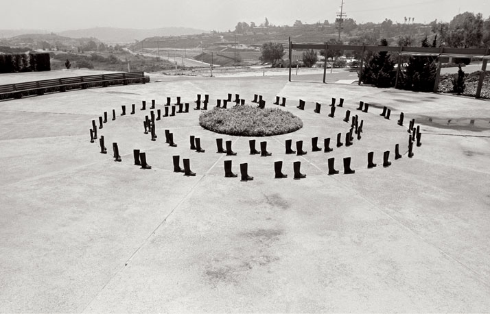 ELEANOR ANTIN100 BOTTES EN CERCLES / 100 BOOTS CIRCLING, Lomas Santa Fe, California. May 17, 1971 12:30 p.m...........................................100 BOOTS, 1971-7351 photographies cartes postalesnoir et blanc / 51 black and whitepicture postcards11,4 x 17,8 cm chaque / eachCourtesy Ronald Feldman Fine Arts,New York© Eleanor Antin