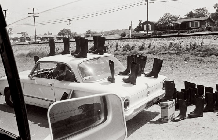 ELEANOR ANTIN100 BOTTES SUR LA ROUTE / 100 BOOTS ON THE ROAD, Leucadia, California. July 12, 1971 10:30 a.m...........................................100 BOOTS, 1971-7351 photographies cartes postalesnoir et blanc / 51 black and whitepicture postcards11,4 x 17,8 cm chaque / eachCourtesy Ronald Feldman Fine Arts,New York© Eleanor Antin
