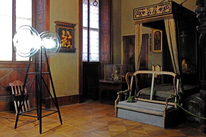 Transmission Lamp by Studio DeForm (Czech Repubblic). Concrete Sofa, by JamesPlumb. Photo by Tatiana Uzlova.