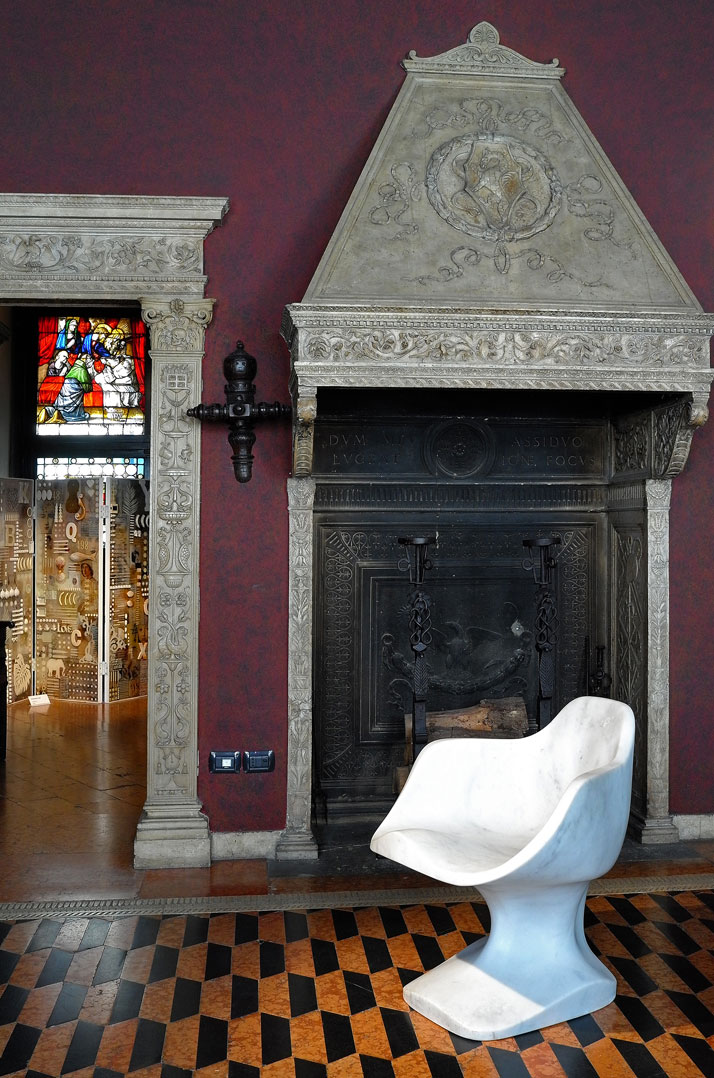Bust Chair (Marble) by Tomáš Libertíny and produced by Henraux. Photo by Tatiana Uzlova.