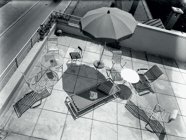 Publicity shot with garden furniture for the company, Wohnbedarf AG, Zurich, around 1934; aluminium furniture by Marcel Breuer.© Photo Hans Finsler - Staatliche Galerie Moritzburg Halle, Landeskunstmuseum Saxe-Anhalt, Hans Finsler collection.