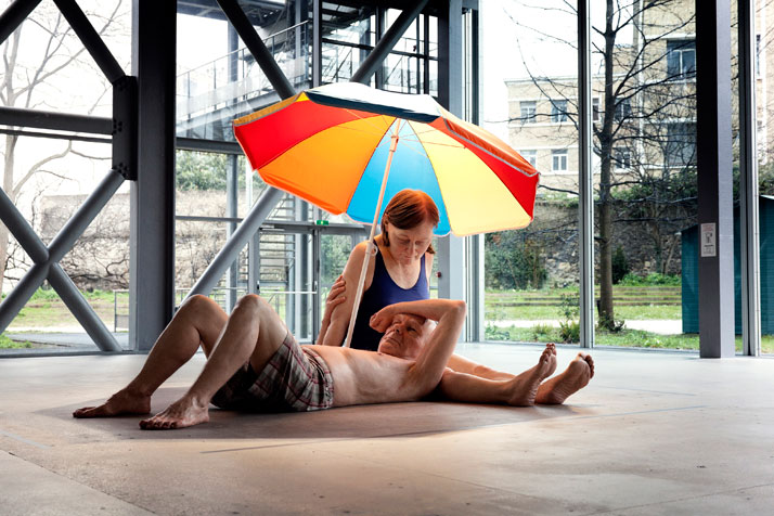 Couple Under An Umbrella, 2013. Matériaux divers, 300 x 400 x 500 cm (environ), Courtesy Caldic Collectie, Wassenaar.photo © Thomas Salva / Lumento po