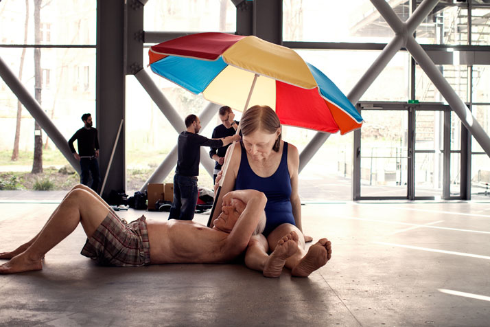 Couple Under An Umbrella, 2013. Matériaux divers, 300 x 400 x 500 cm (environ), Courtesy Caldic Collectie, Wassenaar.photo © Thomas Salva / Lumento pour la Fondation Cartier pour l'art contemporain, 2013.