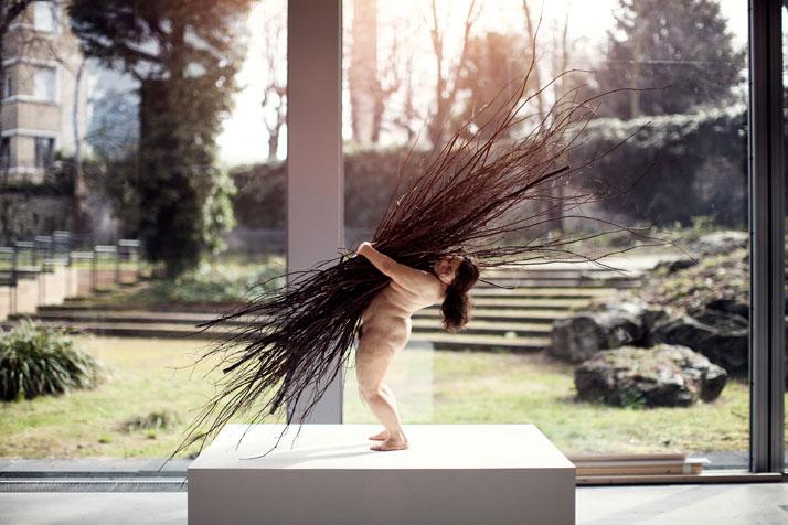 Woman with Sticks, 2009. Courtesy Hauser & Wirth. © Ron Mueck. Photo © Thomas Salva / Lumento, pour la Fondation Cartier pour l'art contemporain,