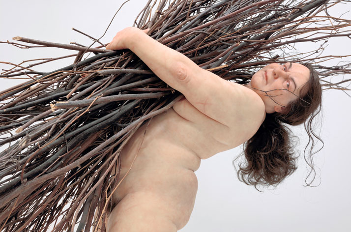 Woman with Sticks, 2009 Mixed media. Courtesy Hauser & Wirth © Ron Mueck. Photo Courtesy Hauser & Wirth, London.Exhibition Ron Mueck, Fondatio