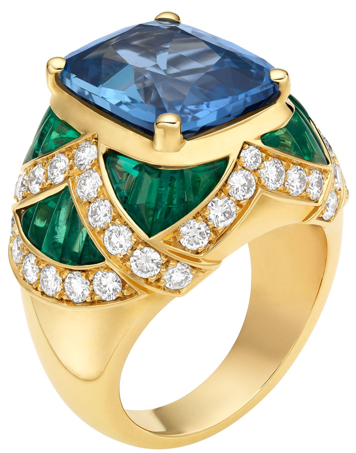 High Jewellery ring in yellow gold with 1 cushion shaped sapphire (10,30 ct), 26 cabochon cut emeralds (3,50 ct) and pavé diamonds (1,53 ct).Photo © Bulgari Archives
