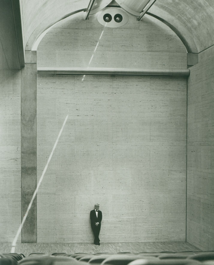 Louis Kahn at the auditorium of the Kimbell Art Museum, 1972.© Kimbell Art Museum, photo: Bob Wharton.