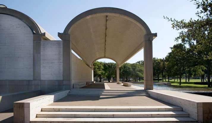 Colonnade on the north side, Kimbell Art Museum, Fort Worth, Texas, Louis Kahn, 1966–1972.© 2010 Kimbell Art Museum, Fort Worth, photo: Robert LaPrelle.
