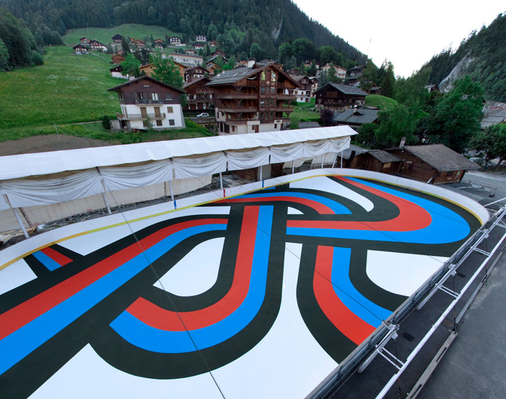 Lang-Baumann, Spielfield #4, 2009, 21,5 x 44,5 m, paint. La Clusaz (France). Courtesy Loevenbruck gallery and Urs Meile gallery. Photo : Lang-Baumann.