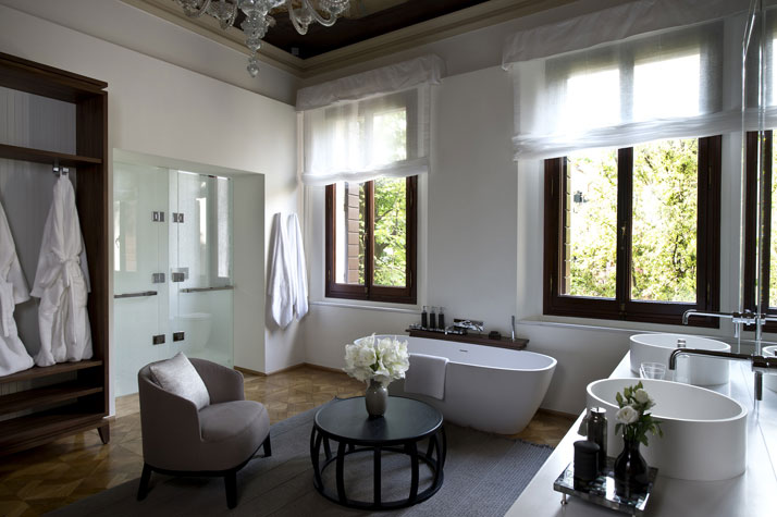 Palazzo Chamber (Bathroom), photo © Aman Canal Grande Hotel, Venice, Amanresorts.