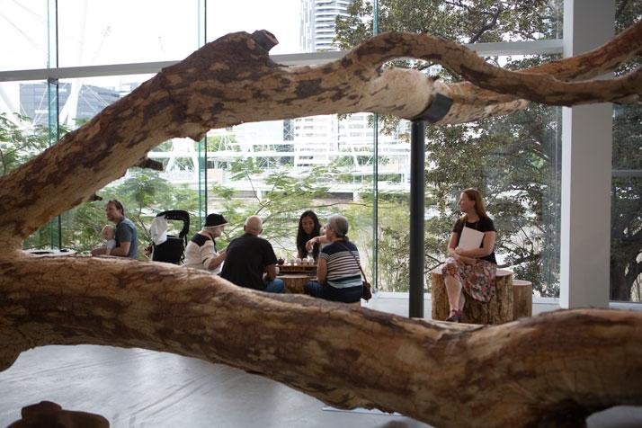 Visitors  sampling Fujian Tie Guan Yin tea in Cai Guo-Qiang's installation Tea  Pavilion, in the exhibition 'Falling Back to Earth' at the Gallery of  Modern Art, Brisbane, Australia, 2013Photo by Yuyu Chen, courtesy Cai Studio. 觀眾於布里斯班現代美術館《歸去來兮》展覽, 蔡國強的裝置作品《茶庭》裡品嚐福建鐵觀音茶, 澳洲, 2013 年陳昱羽摄,蔡工作室提供