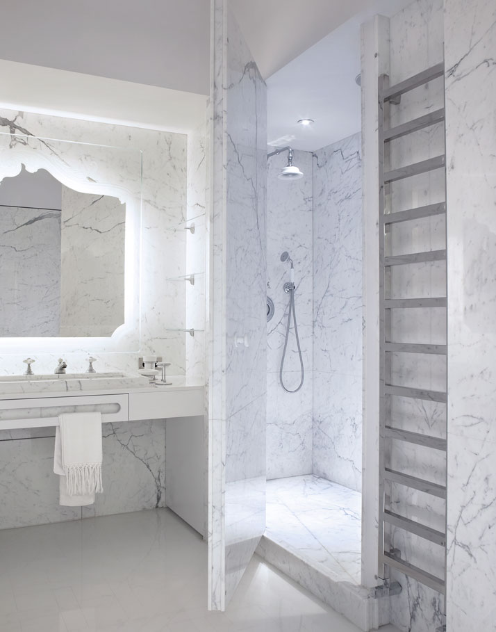 Strategically placed Calacatta marble in the master bathroom distorts perspective and proportion, creating a kaleidoscopic optical illusion.Photo © Paul Graves for AD Magazine..