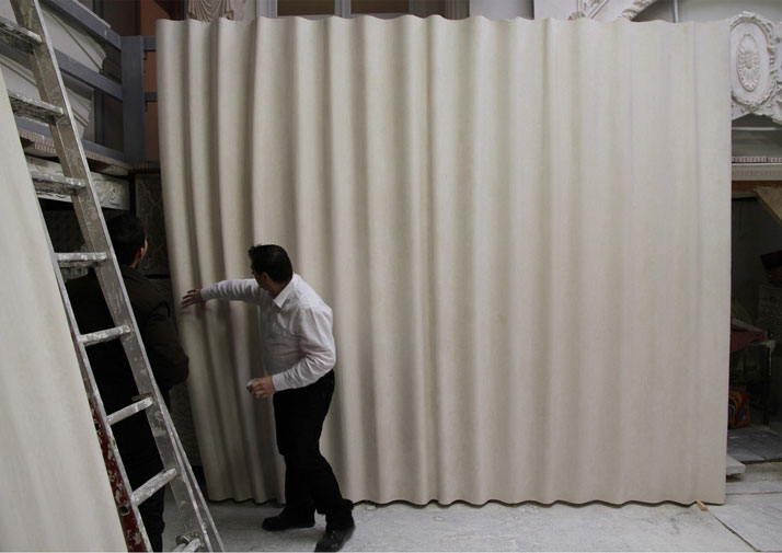 The making of the lacquered plaster curtains. Photo © RF Studio.