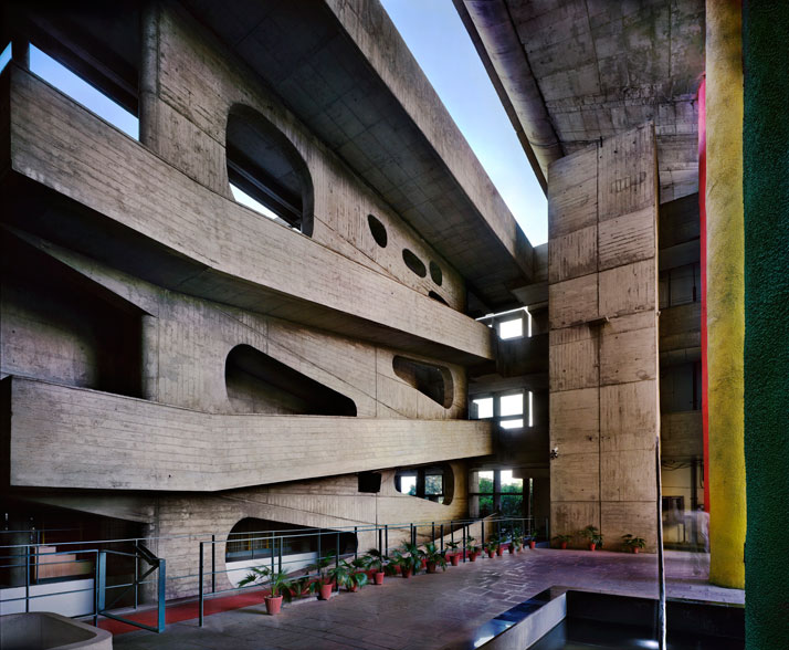 Le Corbusier / High Court, Chandigarh, Punjab, India, 1952-56. View of the ramp © Richard Pare, 2012.