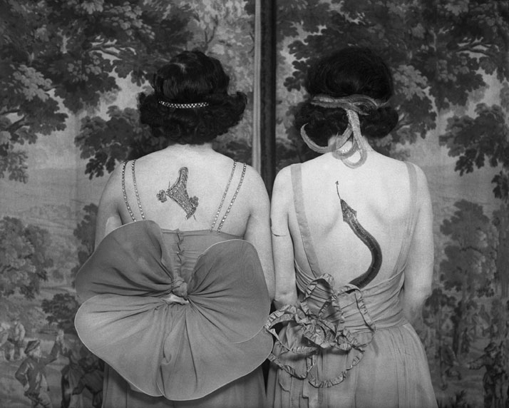 Women wearing tattoos and costumes. Photographer  anonymous. © CORBIS pour  Bettmann. 0fa1dbe4c36