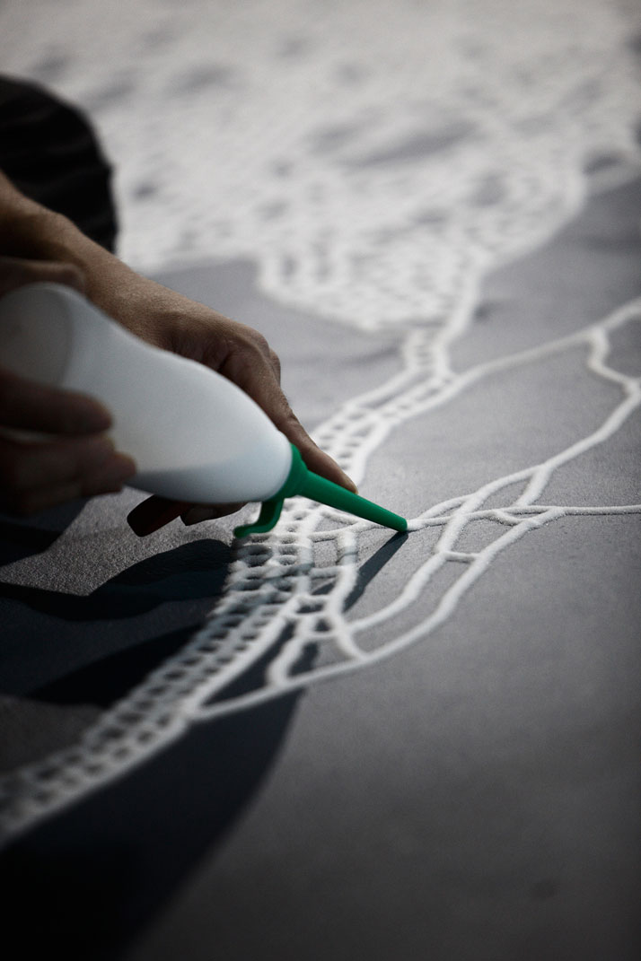 Motoi Yamamoto, making of a saltwork, photo by Makoto Morimura.