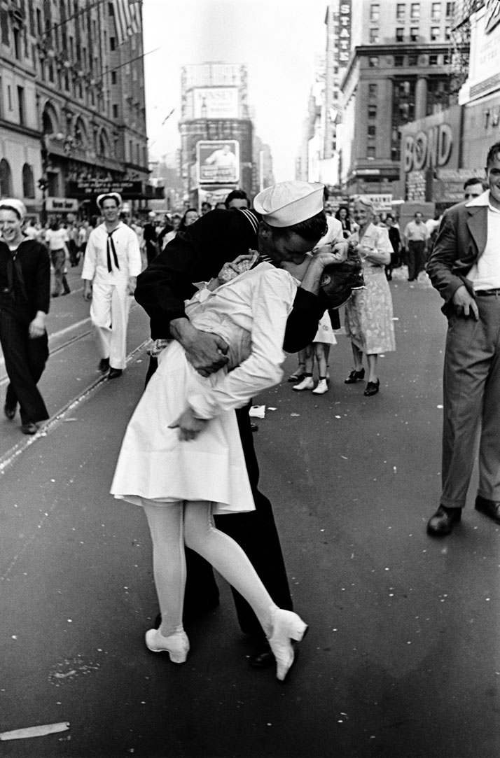 Alfred Eisenstaedt: VJ Day, Times Square, NY, 14. August 1945. © Alfred Eisenstaedt, 2014.