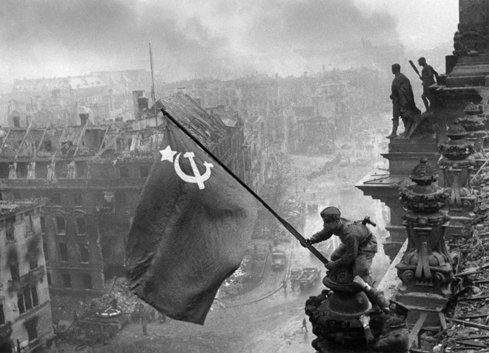 Jewgeni Chaldej: The Flag of Victory, 1945. © Collection Ernst Volland and Heinz Krimmer, Leica Camera AG.