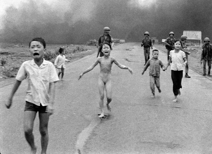 Nick Út: The Associated Press, Napalm Strike in Vietnam, 1972. © Nick Út/AP/ Leica Camera AG.