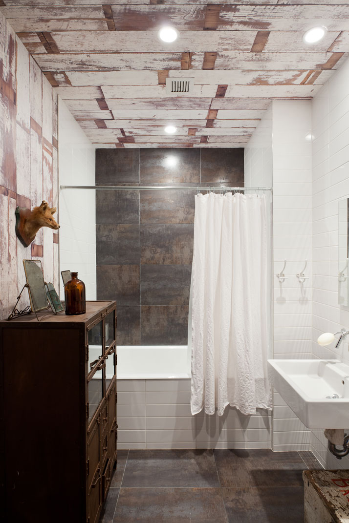 The 'recycled wood' wallpaper in the bathroom is by Piet Hein Eek. Photo © Fran Parente.