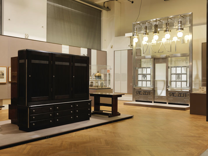 "Exhibition view at MAK, 2014. On the left: Otto Wagner, Büroschrank für das Depeschenbüro ""Die Zeit"", 1902. Paris, Musée d'Orsay. On the right: Façade reconstruction of the ""Die Zeit"" dispatch office, 1902. Following plans by Alfred Krischanitz and Otto Kapfinger, 1985, Wien Museum. Photo © Peter Kainz/MAK."