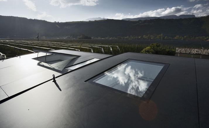 Roof windows provide natural light and ventilation. Photo © Oskar Da Riz.