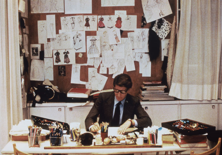 Yves Saint Laurent in his studio, 5 avenue Marceau, Paris, 1986. Photo © Fondation Pierre Bergé – Yves Saint Laurent / Guy Marineau.